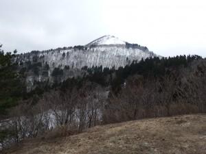 標高760mの組上は気温4℃、高い山の奥に金剛山