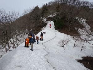 アオネバ十字路の様子、中央奥が登山道です。急なためロープが取り付けられました。