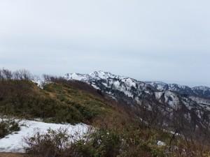 マトネ山頂から金北山を望む