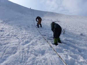 金北の壁にロープが張られ登りやすく整備されました。