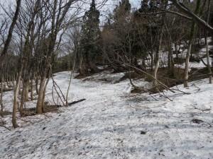 登山道には多くの残雪があります。