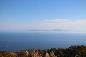 弥彦山・角田山さらに奥には越後の山々が望めます。