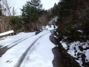 登山口まであと500m付近には残雪があります。
