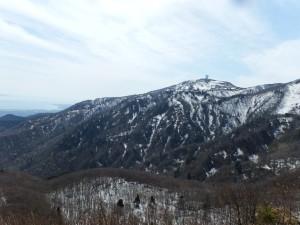 神子岩から妙見山、交流センター白雲台を望む