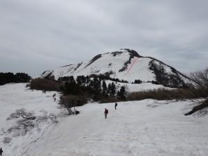 登りきると金北東斜面が現れます。赤線位置にロープがかけられています。