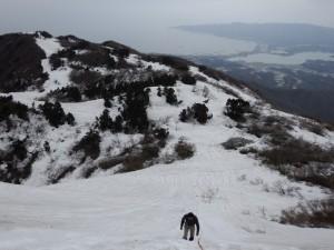 ゆっくりと登り、左へお進みください。金北山山頂はもうすぐです。